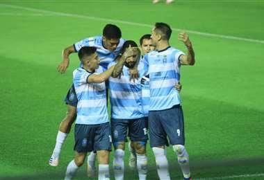 Las felicitaciones son para Rafinha, que marcó los dos goles celestes. Foto: JC Torrejón