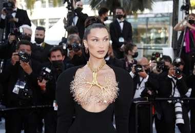 La modelo llamó la atención por el sensual traje de gala que lució