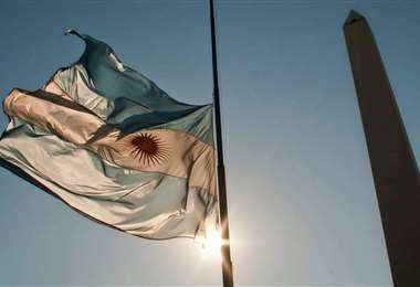 Durante este tiempo la bandera permanecerá izada a media asta. Foto El País