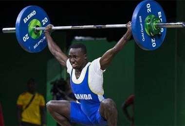 Julius Ssekitoleko, de 20 años, es levantador de pesas. Foto: internet
