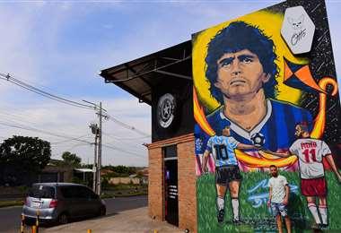 El mural con la figura de Diego Maradona. Foto: AFP