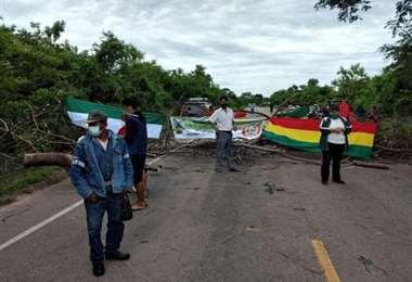 Trabajadores bloquean la carretera Yacuiba-Santa Cruz. Foto: Archivo