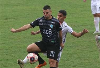 Real Santa Cruz y Aurora miden fuerza en el estadio albo. Foto: JC Torrejón