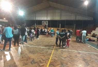 Foto cortesía Daniel Román: los extranjeros fueron alojados en un coliseo de Pailón.