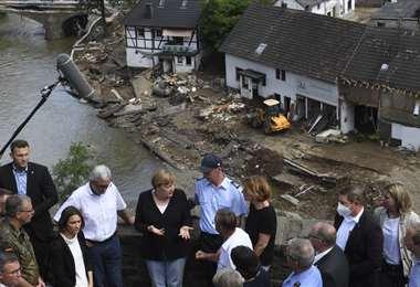 La canciller Merkel se encuentra en el lugar de las inundaciones