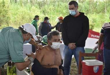 El asambleísta del pueblo Indígena, Wilson Cortez, fue uno de los primeros en ser vacunado