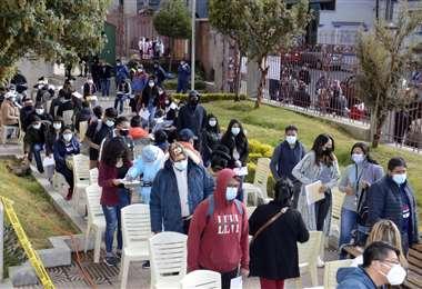 Foto ABI; se registran largas filas en los puntos de vacunación de la capital paceña.