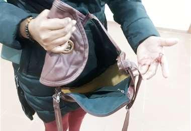Foto Soledad Prado: la mujer mostró su mano herida con un cuchillo por un asaltante.