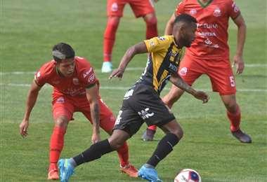 Barbosa se saca la marca de un rival para rematar. Foto; APG