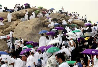 Fieles ascienden al monte Arafat