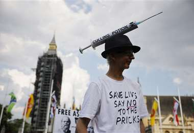 Al mismo tiempo persisten los antivacunas en Reino Unido