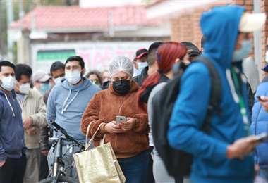 Largas filas para vacunarse hoy en la ciudad (Foto: Ricardo Montero)