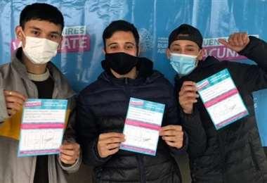 Jóvenes muestran su certificado de vacunación