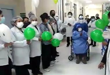 Personal sanitario despide a dos pacientes de 94 y 87 años