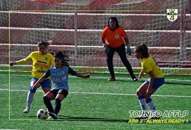 Cielo Veizaga con la pelota ante la marca de dos rivales y a espalda del arco. Foto: FF