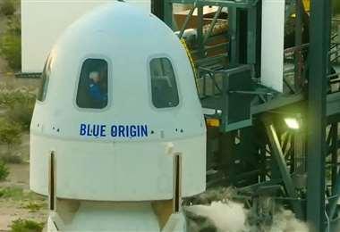 Despega la nave de Blue Origin en la que viaja al espacio Jeff Bezos. AFP