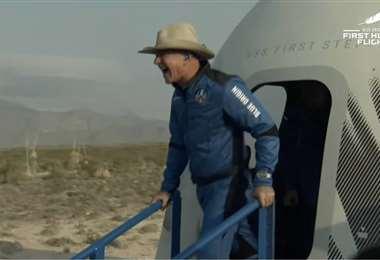 Jeff Bezos sale del cohete tras volar por el espacio 10 minutos | AFP