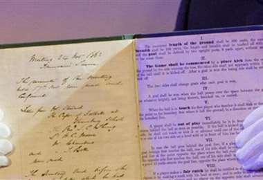 El primer reglamento del fútbol impreso en 1858. Foto: internet