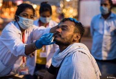 Toma de muestras para detectar el SARS-CoV-2 en India