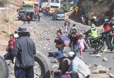 Tercer día de bloqueo en Parotani. Foto: Los Tiempos