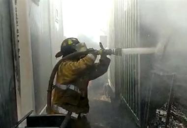 Los bomberos voluntarios de la UUBR controlaron las llamas. Fotos. UUBR
