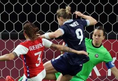 La británica Ellen White (9) fue la figura del partido. Hizo los dos goles. Foto: AFP