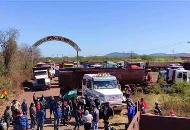 Foto RRSS: el bloqueo en el ingreso al Mutún se instaló hace cinco días.