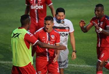 Orfano celebra su gol con sus compañeros de Royal Pari. Foto: JC Torrejón