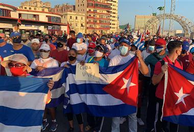 Simpatizantes del Gobierno cubano participan en una manifestación en La Habana. Foto. AFP