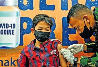 En Banda Aceh un jovencito recibe la vacuna Sinovac