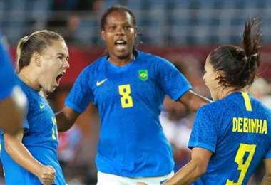 Las brasileñas celebran el primer gol anotado por Debinha (dcha.). Foto: AFP