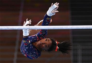 Simone Biles, en plena competencia. Foto. AFP