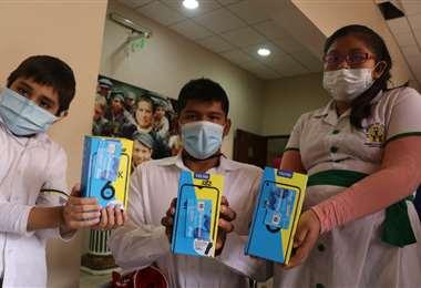 Alumnos reciben celulares/Foto: Juan Carlos Torrejón
