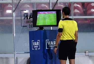 El video arbitraje se implementó este año en la LIbertadores. Foto: Internet