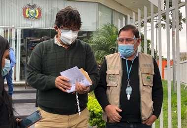 Adalberto Rojas y Eulogio Núñez, del INRA, salen de la Fiscalía/Foto: Juan Carlos Fortún