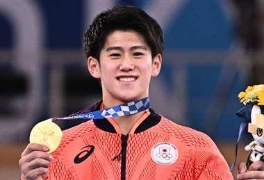 El japonés Daiki Hashimoto, en el podio y con sus premios. Foto: AFP