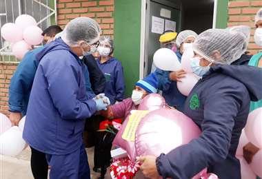 Esther Anacachi recibe el alta, en hospital de Yapacaní, tras 45 días de Covid-19