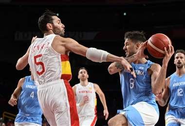 España y Argentina se enfrentaron este jueves en el baloncesto. Foto. AFP