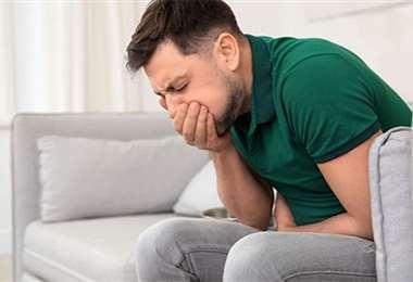 Cuando un infectado vo- mita, las gotas contaminan las superficies