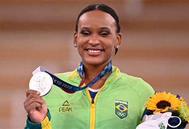Rebeca Andrade durante la premiación en los Juegos Olímpicos. Foto: AFP