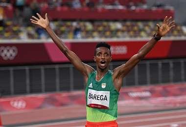 Selemon Barega sorprendió este viernes a los favoritos en los 10.000 metros. Foto: AFP