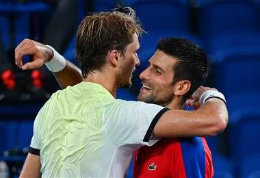 El abrazo de Zverev y Djokovic tras el partido de este viernes. Foto: AFP