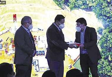 El ministro Molina (der.) entregó el Atlas al presidente Luis Arce