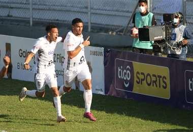 El festejo de Reyes y García, jugadores de  Real Santa Cruz. Foto: JC Torrejón