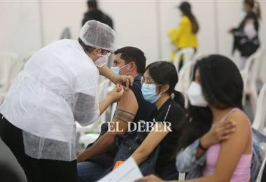 Cientos de cruceños llegan a los centros de vacunación en la capital. Foto. Fuad Landívar