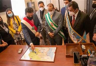 El alcalde Torres explica el proyecto al gobernador de Santa Cruz y al alcalde de Potosí