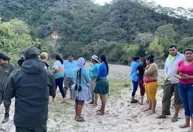 Los familiares y pobladores acompañaron a los investigadores al levantamiento del cuerpo