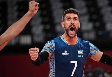 El festejo de Facundo Conte tras  el triunfo de Argentina en voleibol. Foto: AFP