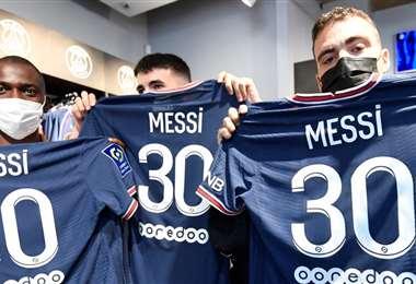 Los hinchas ya compran la camiseta con el número 30 de Messi. Foto: AFP