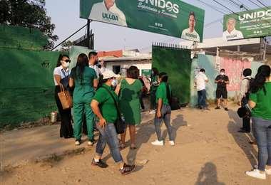 Hay gente con poleras y banderas de frentes, pese a estar prohibido Foto: Leyla Mendieta